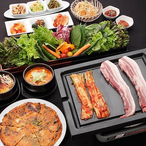 新鮮で厳選された和の食材使用。130種類以上の本場韓国家庭料理を是非!