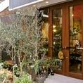 緑に囲まれてお食事しませんか??入口はもちろん店内もインドアガーデンでたくさんのかわいい植物を眺めながらお食事できますよ~♪