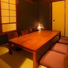 仕切られた木目調の個室(4名様よりご案内いたします。)