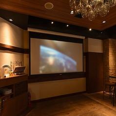 貸切のお客様は無料で使えるプロジェクター&スクリーンも完備♪ワイヤレスマイクや音響設備も利用可能!