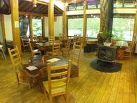 天然木材を使用した店内