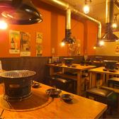 昭和レトロな雰囲気満載のテーブル席!最大で18名様までご利用可能で、宴会も◎