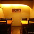 京都の小料理屋をイメージした店内はゆったりとくつろげる空間を演出しております。旬の料理とお酒とともに癒しの時間をお楽しみください。1階には4名様から8名様までご利用いただける個室をご用意しております。大切な方とのご会食、お祝い事や法事などのお食事会にももちろんご宴席、ご接待などにもご利用ください。