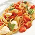 料理メニュー写真トマトと水牛モッツァレラのバジル風味自家製フェットチーネ