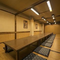 2階のお座敷個室は10名様用のお部屋を4部屋、13名様用のお部屋を1部屋ご用意しております。仕切りを外すことで最大55名様まで対応可能の宴会場にも♪小宴会やご家族でのお食事はもちろん、会社宴会やサークルの打ち上げなど、人数の集まる宴会も是非当店へ◎