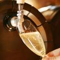 都内でもまだほとんど取り扱いのない、イタリア直送「樽生スパークリングワイン」!グラスに注ぐ時に初めて光と空気に触れるので、酸化することなく常にフレッシュです。フリッツァンテと呼ばれるガス圧の弱いタイプですので、お食事の邪魔をしません。飲み放題コースでも提供しております!
