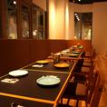 窓際にあるベンチソファと椅子のお席は連結すると最大18名様までお使い頂けます。ご利用人数に合わせてお席ご用意致しますので、ランチ・各種宴会・二次会にご活用ください!