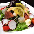 料理メニュー写真海鮮たっぷり! 集合郎サラダ