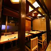 【1Fテーブルタイプ】一般的な上居酒屋の雰囲気を残しつつも、ワンランク上の誂えを意識したテーブル席。とっておきの酒瓶を見ながら飲み物を選べるのもオープン席のいいところ。アラカルトで注文する際には、周りの様子も見ておきたいお客様もいらっしゃると思いますので、こちらの空間も店内に用意しました。