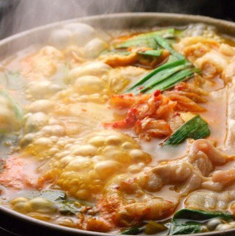 【山形豚キムチチゲ】やみつきになる辛さ、寒い季節にはもちろん、暑い季節にも美味しい鍋、代表格です。豚肉のビタミンB1はニラとの相乗効果で吸収率が倍増します。キムチは腸内環境を整えダイエットに有効。