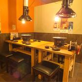 昭和レトロな雰囲気満載のテーブル席!最大で18名様までご利用可能で、宴会も◎(写真は2名席と4名席です)