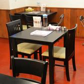 気の合う仲間同士やカップルにもおすすめなテーブル席。