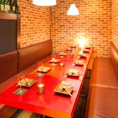 団体様のご利用にも最適な広々個室も完備しております。優しく灯る間接照明が印象的な大人の空間でこだわりの創作肉料理をお愉しみください。女子会や同窓会などにも最適です。