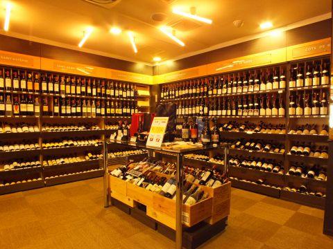 ワインショップと併設しており常時1500種類以上のワインを小売り価格+500~1000円の料金で御楽しみ頂けます!