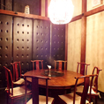【円卓席】中華料理と言えばやっぱい円卓!全員の顔が見渡せるので、会話が弾みお料理やお酒がより一層美味しく感じられます。またアンティーク調の家具も魅力の一つ!10名様~30名様までご利用可能です。