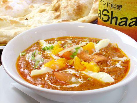 本格的なカレーが楽しめるAaShaaの料理。おっきなナンはふんわり甘めで美味しい♪