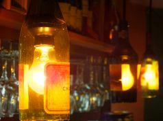 ワインボトルを使用したおしゃれなライトが付いたカウンターはカップルでもオススメ