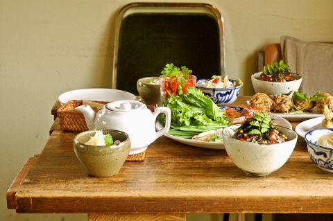 一軒家の隠れ家的カフェ。まったりとした雰囲気の中、ドリンクや料理を楽しめます。