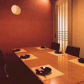 少し広めの個室になっております。会社の飲み会など大歓迎です!6名から8名のお席となっております。