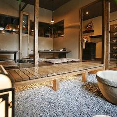 京都駅から徒歩5分の居酒屋【凸鉾】ではなんと、庭付きの個室もご用意しております。京の雰囲気を表現したおしゃれな庭付きのお部屋は接待やお食事会のご利用に大人気!!室内とは思えない掘りごたつのゆったり個室で優雅なひと時をお過ごしください!人数によっては貸切が可能ですので、お気軽にお問い合わせください♪
