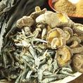 【天然素材の出汁】焼きアゴからとったお出汁の味…天然だしにこだわり 鰹、昆布、焼きアゴ、干し椎茸をじっくり煮込みました。お鍋や様々なお料理で活用されております。