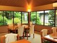 内庭を眺められる開放的な大きな窓のテーブル個室も落ち着いた風情が楽しめる♪