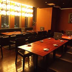 靴を脱がないタイプのテーブル席。人数様に合わせてお席をご用意いたします。このエリアは最大26名様までご利用いただけ、20名様以上のご予約でテーブル席エリア貸切対応いたします。