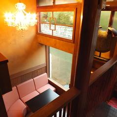 【1階半個室ソファー席】3名様まで、1階奥のわずかな階段を降りたところに半個室風のソファー席をご用意しております。大きなガラス窓から川で泳ぐ鯉を眺められます。女子会での利用にオススメです。