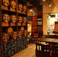 ワイン樽が並ぶ店内は、オシャレでありながらもアットホームな雰囲気。居心地の良い空間とワインを味わってください♪