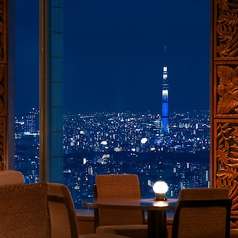 地上220mに浮かぶ天空の舞台。東京スカイツリー(R)を中心に高層ビル群がそびえ、東京ドームや東京タワーが一望できる。そんな光の海を眺めながら時間を忘れるひとときを。