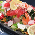 料理メニュー写真カニたっぷり!海鮮サラダ(すりおろしオニオンドレッシング)