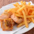 料理メニュー写真一口唐揚げにポテトを添えた若鶏のフリット