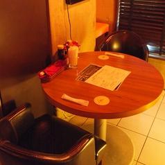 カジュアルなテーブル席