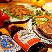 おしゃれな木のテーブルに並んだお肉料理!ガッツリ世界のビールとともに!!