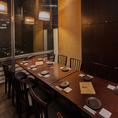 人気の窓際テーブル席です!4名様用・6名様用の2択ご用意しております!7名~11名様まで半個室としてもご利用いただけます。