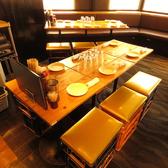 テーブル6名席×6卓あり、人数によってはお席を繋げることで6名様以上のご予約もご対応させて頂きます!ソファー・テーブル席まで幅広くお席をご用意しており、2階フロアは貸切:最大40名様までご利用頂けます!