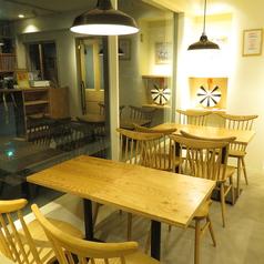 4名様テーブル×2席(席を繋げて8名様でのご利用も可能です!)