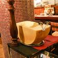 「濃厚クリームリゾット」の最後の仕上げ!丸ごとチーズはお客様のテーブルにお持ちして目の前で仕上げます。
