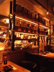 2人席もあります♪自慢のお酒たちが並ぶ壁もお洒落です!少人数でも雰囲気が楽しめる空間になっております♪