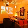 ウェディングや大型スクリーンで演出する少人数貸切パーティーなど多彩にアレンジ。フロアには無線LAN・PCスマホ電源も完備。