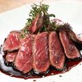 料理メニュー写真牛ハラミステーキ 赤ワインソース 150グラム