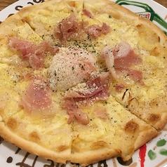 料理メニュー写真生ハムと半熟卵のカルボナーラピッツァ