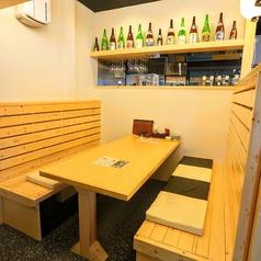 [8名様まで]友人同士や会社仲間数名でのプチ宴会などにぴったりなボックステーブル席もご用意しております。テーブル席との距離もあいているの、周りが気になりません♪
