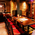 【10~30名様用ハイテーブルカウンター席】10名様掛けテーブルが3列並んでおりますので最大30名様までお座り頂けます。みんなでわいわい愉しむ♪気軽にご利用いただけるテーブル席で、充実のお料理とお酒をお楽しみください!(渋谷/居酒屋/個室/焼き鳥/和食/肉寿司/誕生日/女子会/貸切/宴会/3時間飲み放題/朝まで飲み放題)