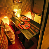 間接照明がほんのり照らす暖かい雰囲気の個室はおしゃれで女性にも好評の個室席となっております。2名様の個室希望でもご相談ください。大門でのデートや女子会などに最適な個室空間です♪