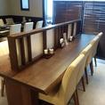 【2名様~8名様までご利用可能なカウンター席】こちらのお席は、少人数でのお食事の際はカウンター席としてご利用可能ですが、真ん中にある仕切りを外すと、最大8名様までご利用可能なテーブル席へと早変わり!人数に合わせてお席をご用意致します♪