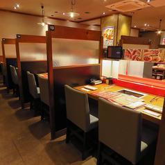 2名様ごとに区切られたカウンター席は、プライベートな空間で周りを気にせずにごゆっくりとお食事、会話をお楽しみいただけます。友人や同僚とのお食事、仕事帰りのちょい飲みにも最適◎