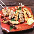 料理メニュー写真冠地鶏と錦雲豚盛り合わせ串