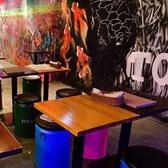 オシャレなテーブルダイニングは2名様~団体様までご案内OK!有名アーティストが手がけたウォールアートが施された店内でいつもよりワンランク上の夜をお過ごしください!お席についてのご質問,ご要望はお気軽に!(渋谷 / 居酒屋 / 肉バル / 食べ放題 / 飲み放題 / 宴会 / 飲み会 / 接待 / 女子会 / デート / 誕生日)