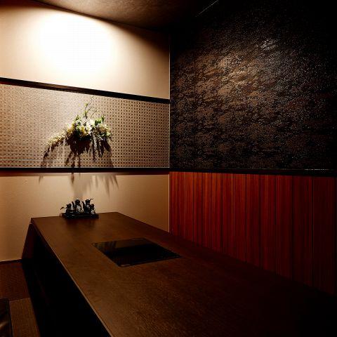 掘りごたつ 個室 !扉と壁で仕切られた 完全個室 のお席です。落ち着いた照明と掘りごたつになっているので、足を延ばしてゆったりとお食事を楽しんで頂けます。 歓送迎会 などの各種 宴会 はもちろん、 デート などにも最適のお席。歓送迎会 や 誕生日などの 宴会 にはデザートプレート で主役に サプライズ も可能!